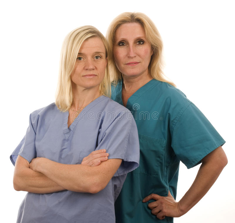 Una squadra di due infermiere in medico frega i vestiti fotografie stock libere da diritti