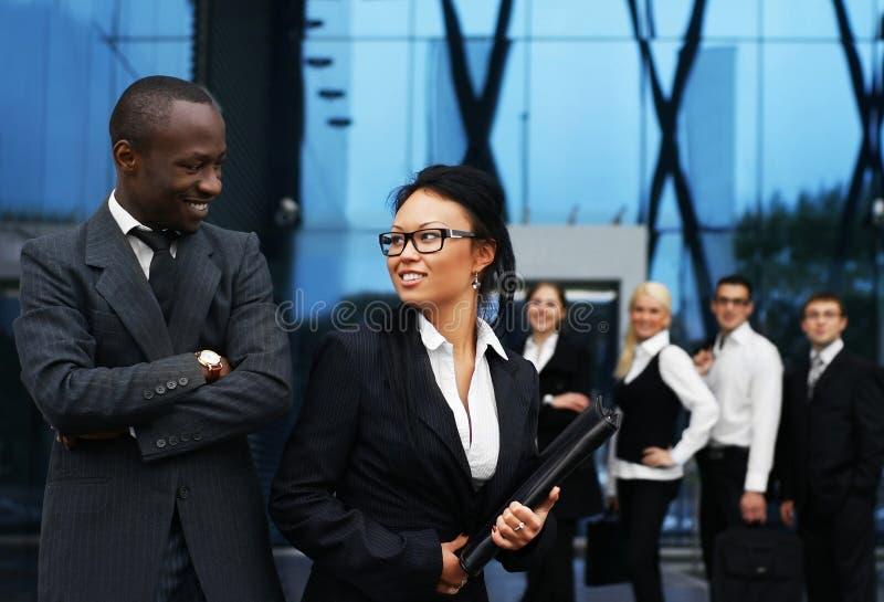 Una squadra di giovani persone di affari in vestiti convenzionali immagini stock libere da diritti