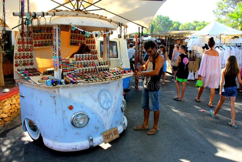 Una stalla a forma di auto blu ambulante per la vendita dell'artigianato nel mercato del hippy dell'isola di Ibiza in Spagna fotografia stock