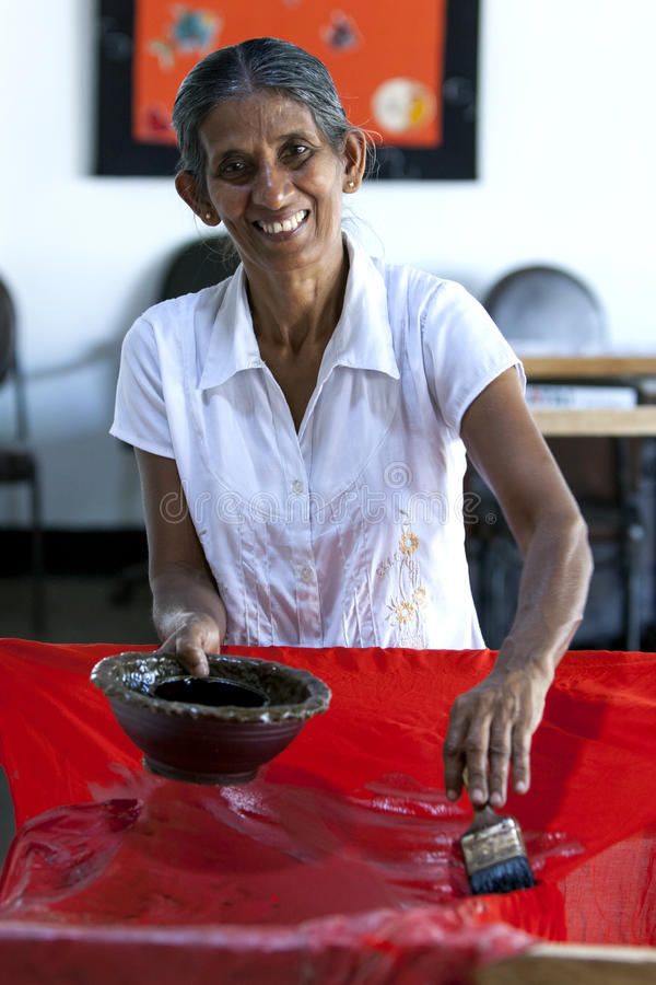 Una stampante dello schermo sul lavoro alla fabbrica di Baba Batik in Matale nello Sri Lanka fotografia stock