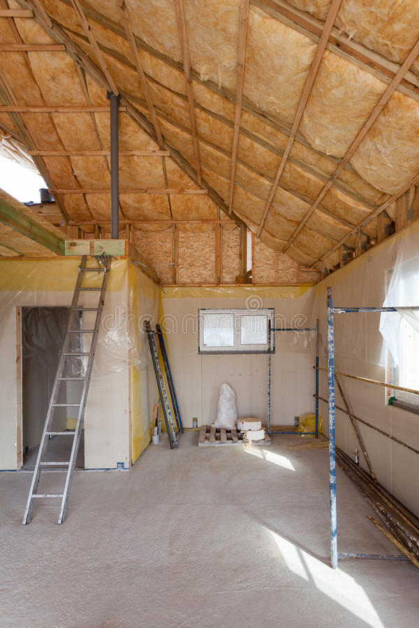 Una stanza all'recentemente costruito a casa è spruzzata con schiuma d'isolamento liquida fotografie stock libere da diritti
