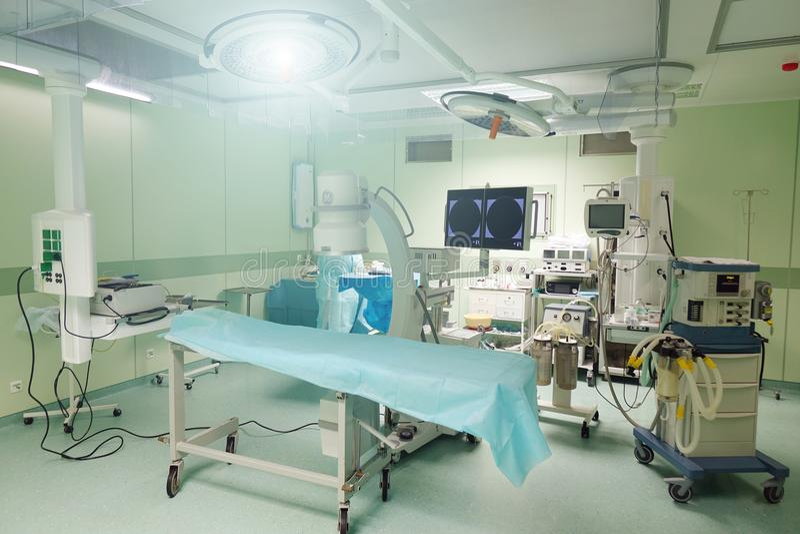 Una stanza chirurgica in un ospedale con l'attrezzatura robot di tecnologia fotografia stock libera da diritti