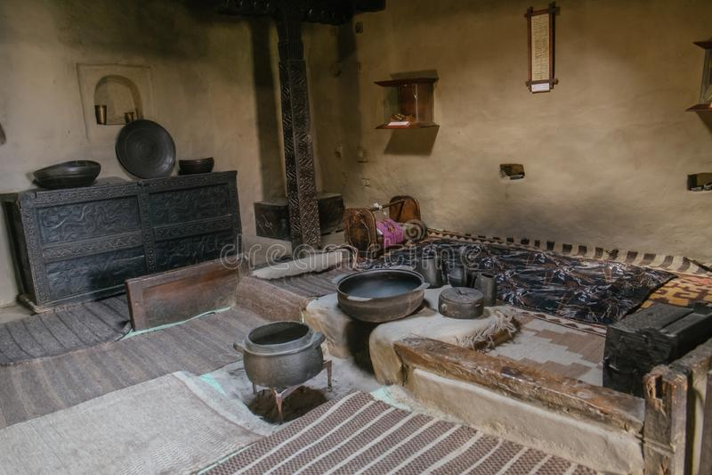 Una stanza scura dentro gli apparecchi antichi dell'esposizione forte antica di Baltit, Pakistan fotografie stock