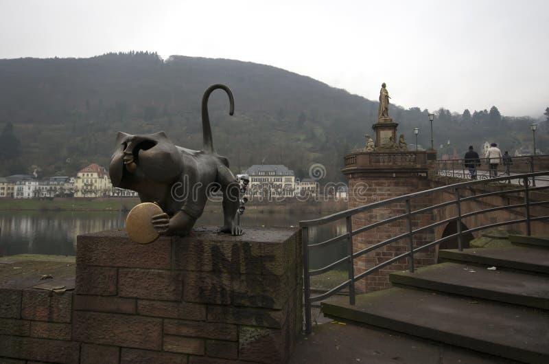 Una statua all'entrata del ponte di Charles, Praga, repubblica Ceca immagini stock