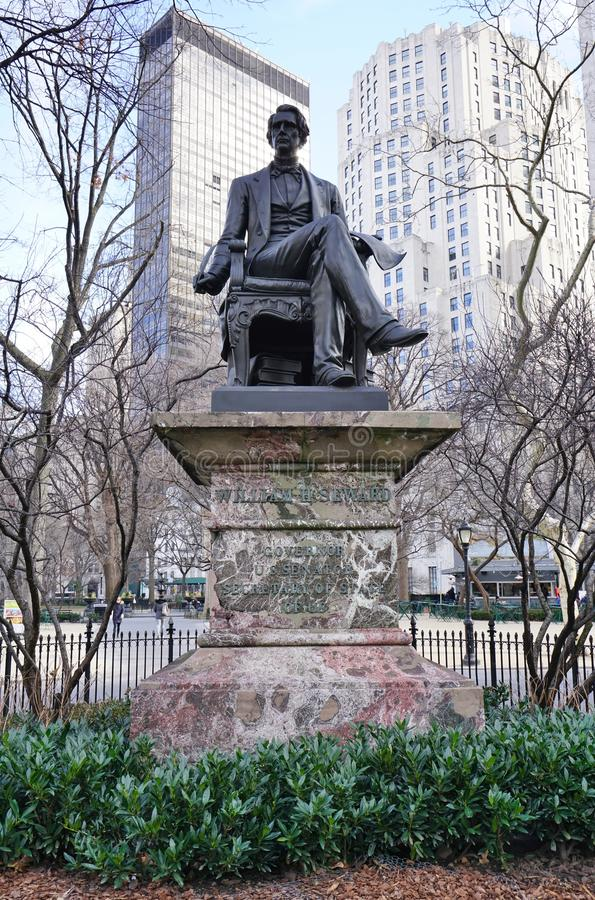 Una statua bronzea di ex Segretario di Stato William Seward in New York fotografie stock