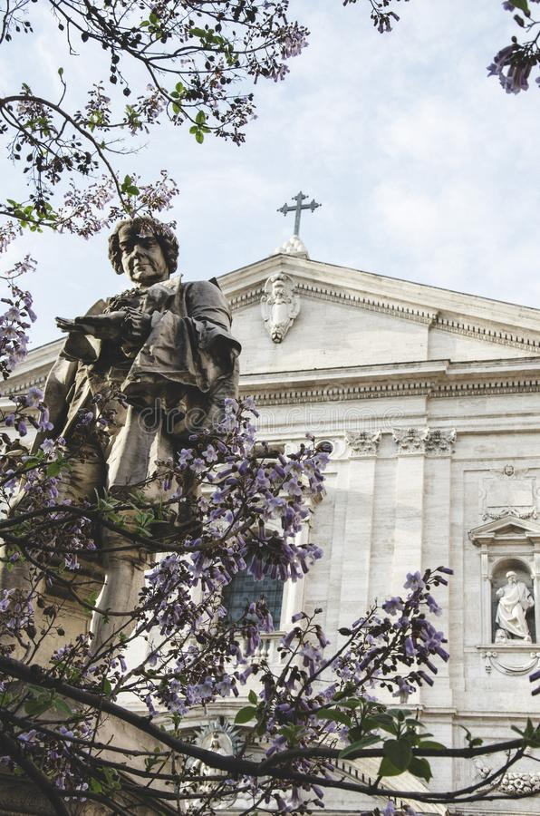 Una statua davanti ad una chiesa cristiana fotografia stock libera da diritti