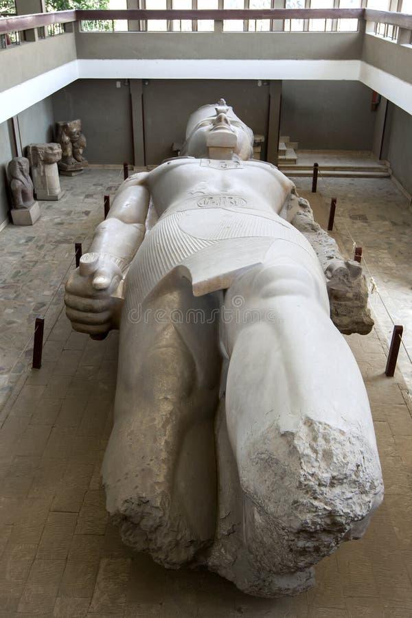 Una statua del ll di Ramesses di faraone a Memphis, ora Mit moderno Rahina di giorno nell'Egitto fotografia stock