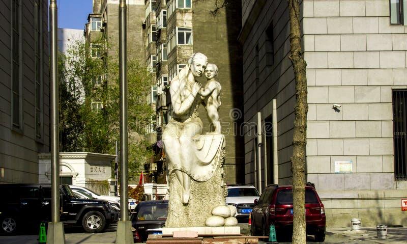 Una statua della madre e del figlio fotografie stock libere da diritti