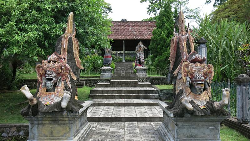 Una statua di Barong che comprende buona ed energia positiva sull'isola di Bali Dipinto indù di mitologia di balinese nel giardin fotografia stock