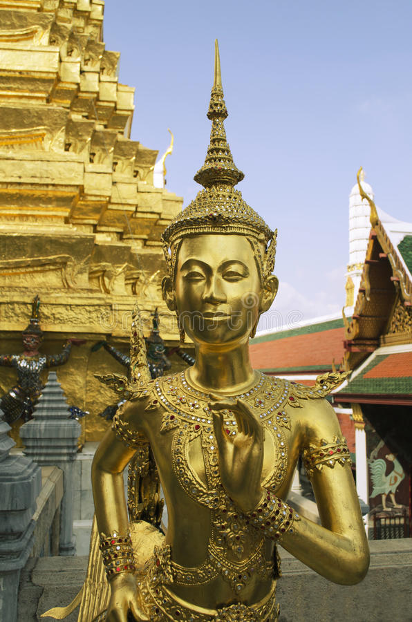 Una statua di kinnara in Wat Phra Kaew, Bangkok fotografia stock libera da diritti