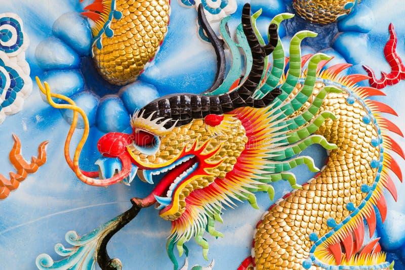 Una statua di un drago su un palo. fotografia stock libera da diritti