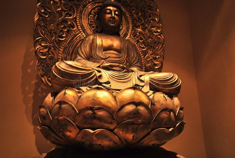 Una statua dorata del Buddha fotografia stock libera da diritti
