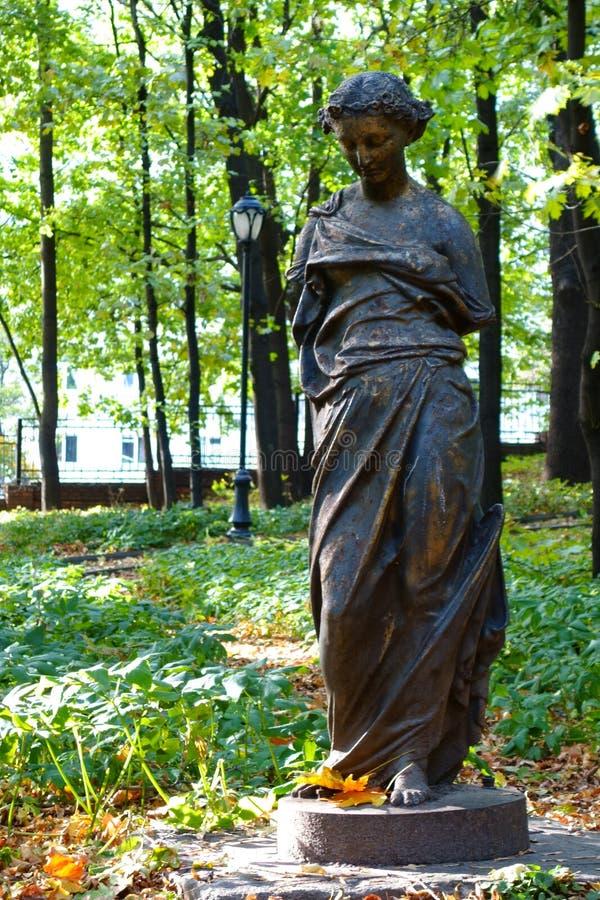 Una statua femminile rotta sola nel parco di precedente proprietà terriera a Mosca immagine stock libera da diritti