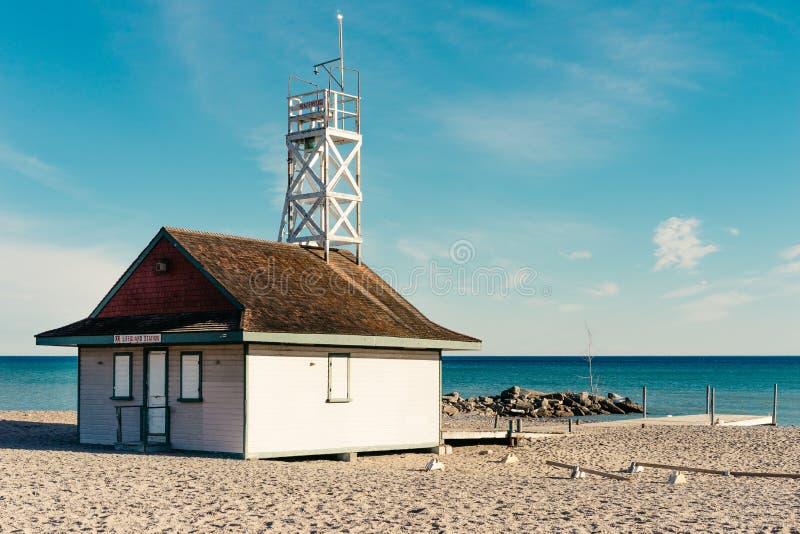 Una stazione del bagnino ad una spiaggia pubblica sul lago Ontario fotografia stock