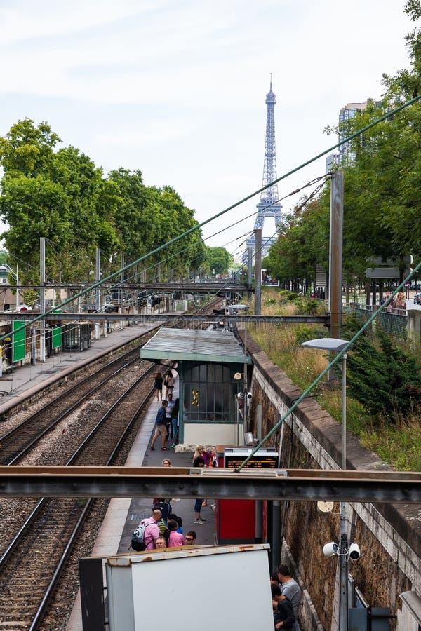Una stazione di ferrovia all'aperto della metropolitana di Parigi con una vista della torre Eiffel immagini stock
