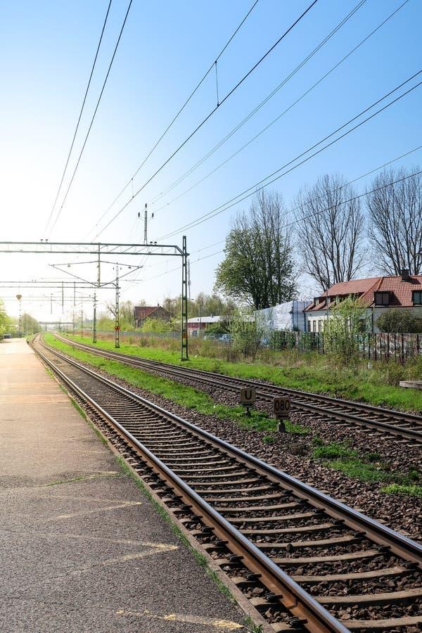 Una stazione ferroviaria vuota in lampadina fotografia stock