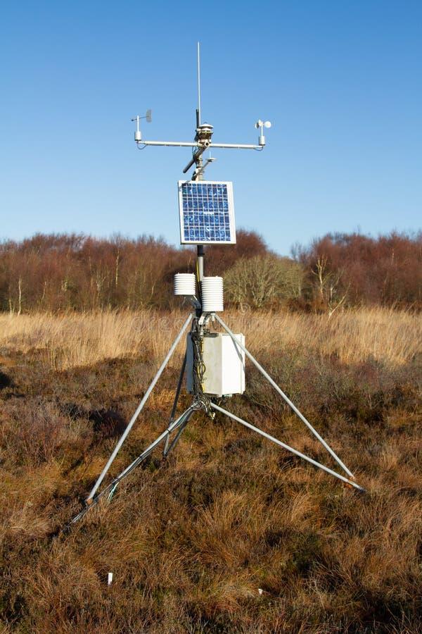 Una stazione metereologica con il pannello solare fotografia stock