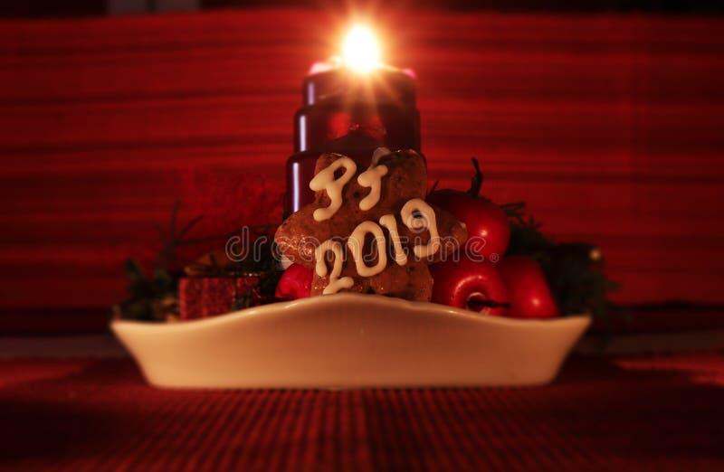 Una stella casalinga del pan di zenzero coperta di glassa bianca nei frutti pendenti dei againts del PF 2019 della forma È davant fotografia stock libera da diritti