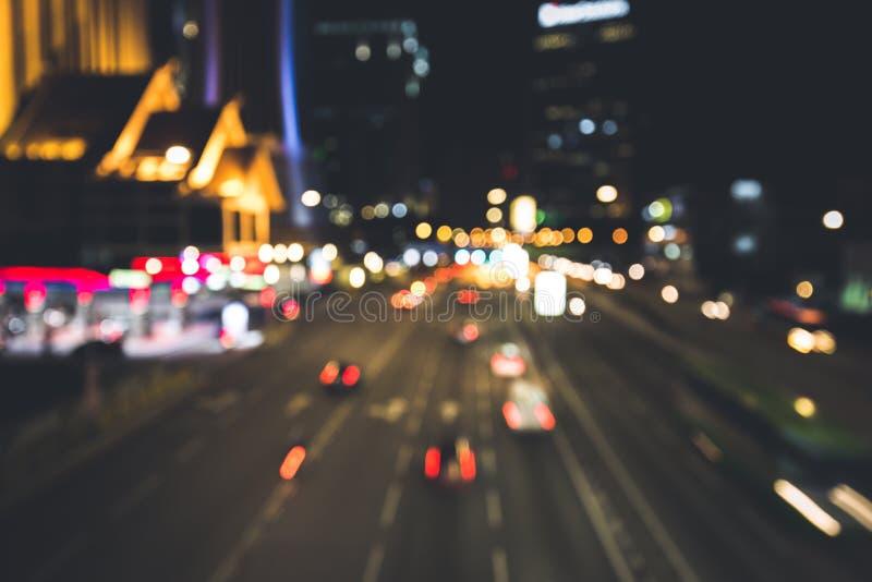 Una strada affollata in cui la gente viaggia e conduce l'affare immagini stock libere da diritti