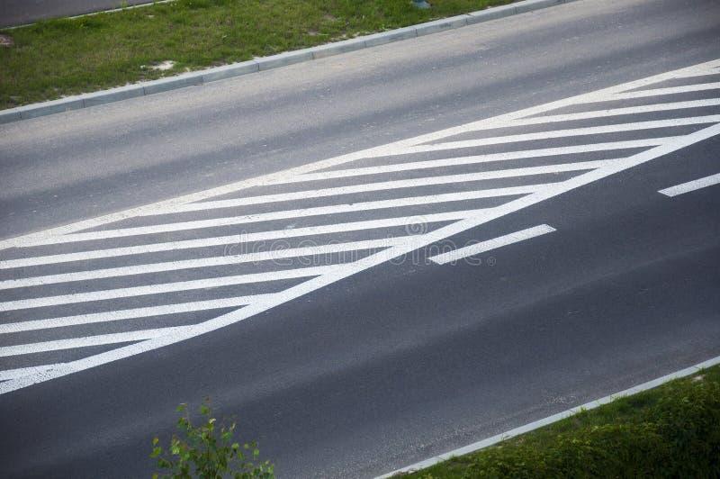 Una strada asfaltata con le linee bianche dipinte fotografia stock libera da diritti