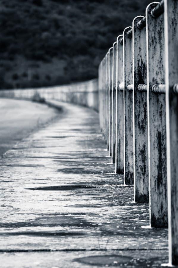 Una strada con le inferriate nella prospettiva fotografie stock