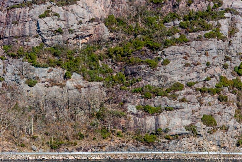 Una strada dal mare sotto una grande montagna fotografia stock libera da diritti