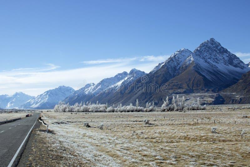 Una strada di montagna spolverata neve fotografia stock libera da diritti