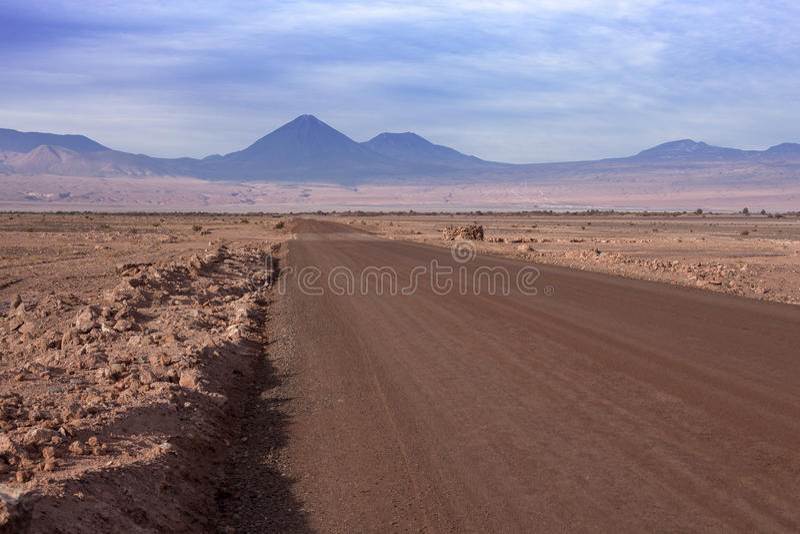 Una strada non asfaltata conduce a Volcano Licancabur in San Pedro de Atacama fotografia stock
