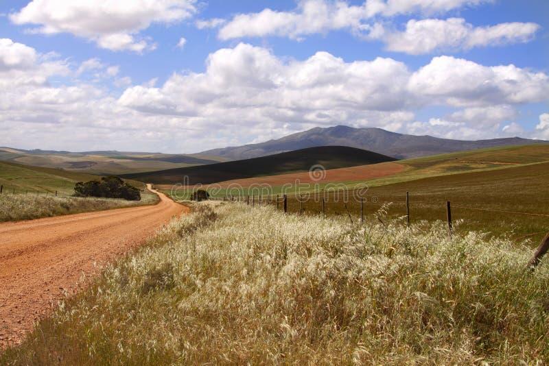 Una strada non asfaltata nel KwaZulu rurale Natal Midlands, Sudafrica immagini stock libere da diritti