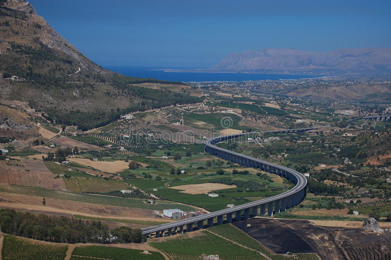 Una strada procede serpeggiando il suo modo attraverso la Sicilia occidentale immagini stock
