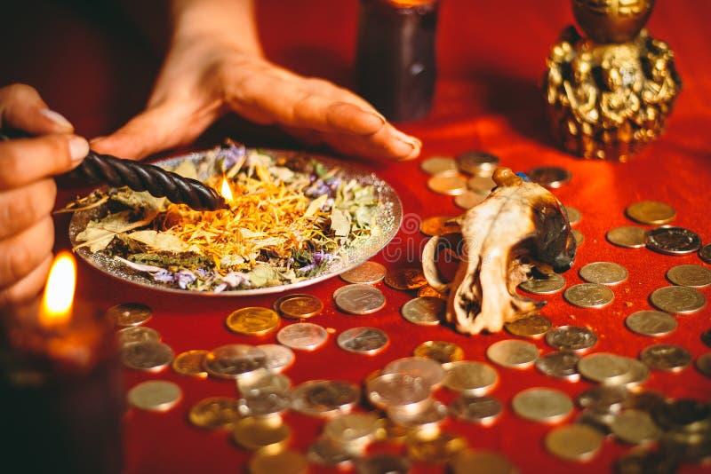 Una strega tiene un rituale per soldi fotografie stock libere da diritti