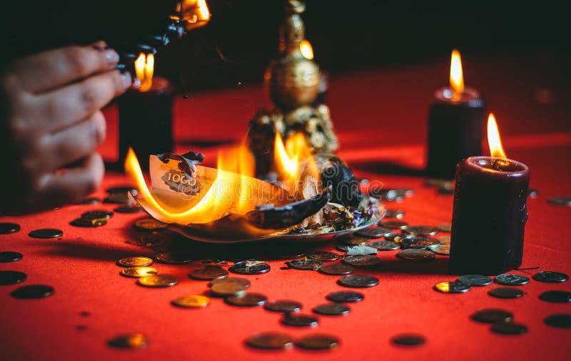 Una strega tiene un rituale per soldi immagine stock