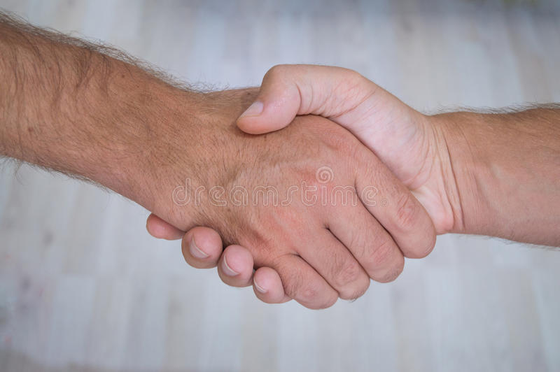 Una stretta di mano dei due uomini immagine stock libera da diritti