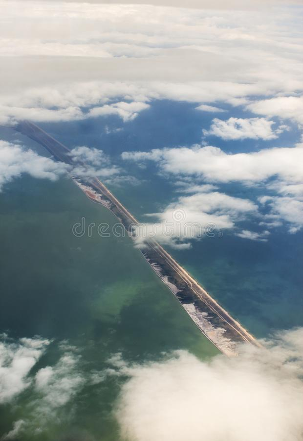 Una striscia stretta di terra nel mare immagini stock