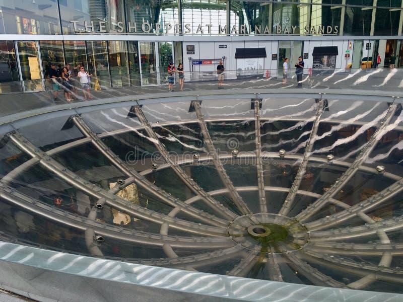 Una struttura rotonda interessante del cerchio dei semi pricipalmente da vetro davanti agli Shoppes, Singapore immagini stock libere da diritti