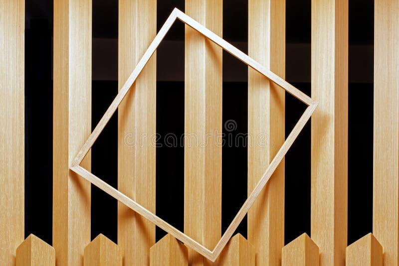 Una struttura vuota disposta su un pannello di legno in una stanza come astrazione immagine stock