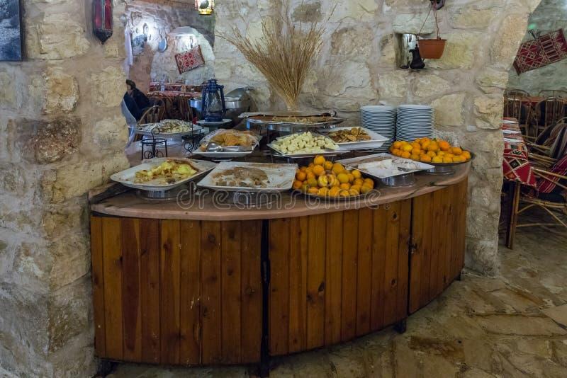 Una tabla con la fruta y soportes dulces de los bocados en una esquina en un restaurante de borde de la carretera cerca de la ciu imágenes de archivo libres de regalías