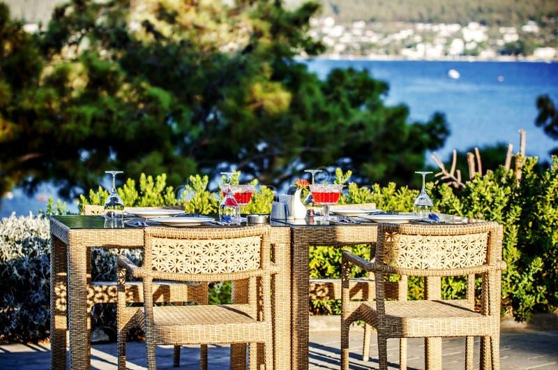 Una tabla en un restaurante turco que pasa por alto el mar en el sol del verano foto de archivo libre de regalías