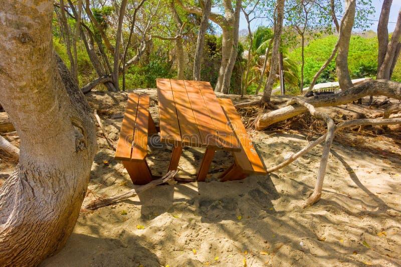 Una tabla mar-dañada en una playa más baja de la bahía, Bequia imagenes de archivo