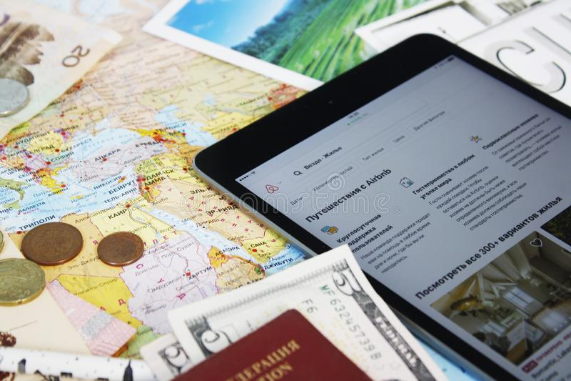Una tableta con sitio web del airbnb imagen de archivo libre de regalías