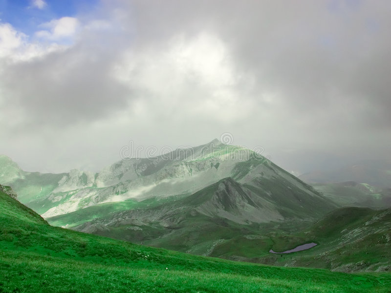 Una tapa de la montaña y un lago glacial fotos de archivo