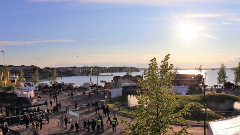 Una tarde hermosa de julio en el festival del puerto de Luleå fotos de archivo