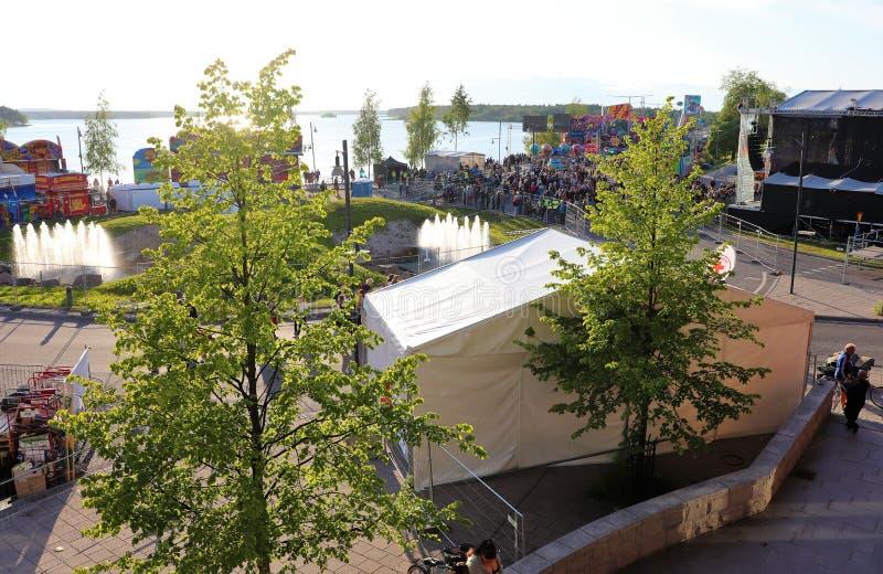 Una tarde hermosa de julio en el festival del puerto de Luleå foto de archivo