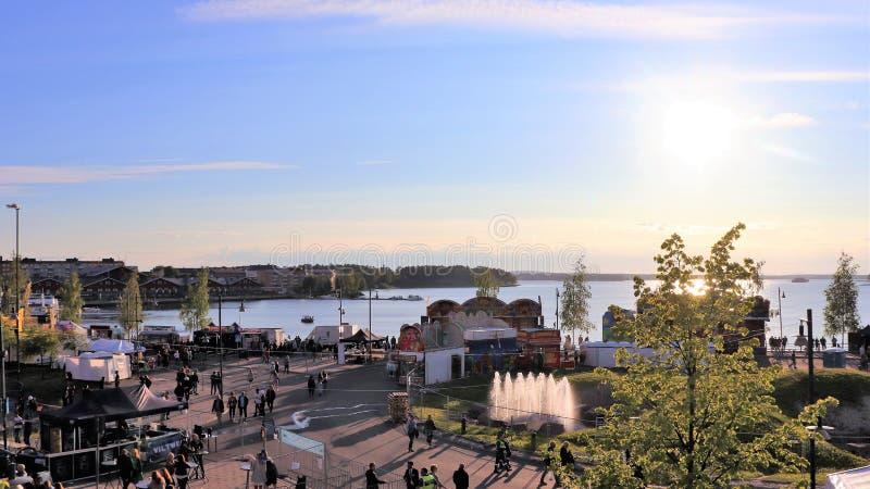 Una tarde hermosa de julio en el festival del puerto de Luleå fotos de archivo libres de regalías