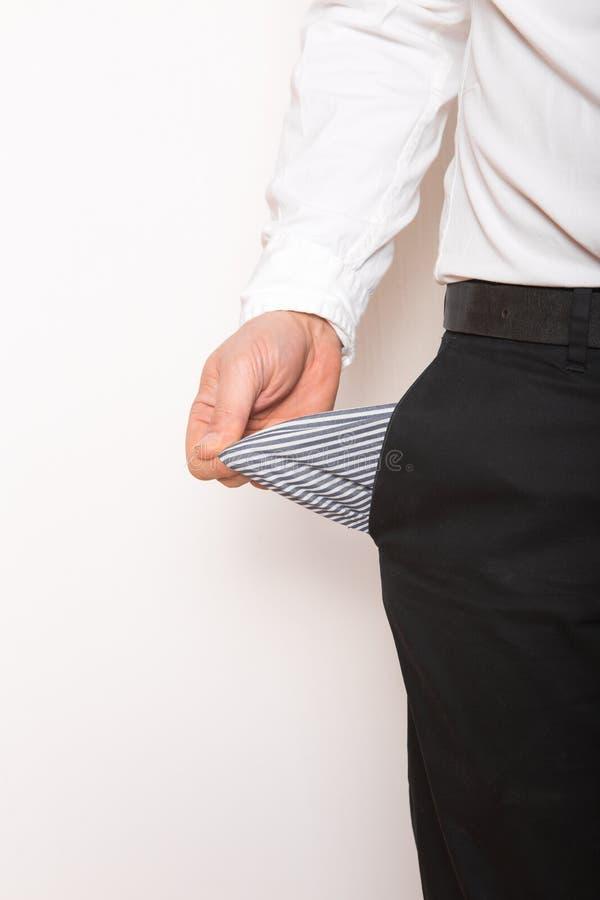 Una tasca vuota nelle mani dell'uomo Broke, concetto di fallimento immagini stock