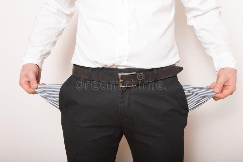 Una tasca vuota nelle mani dell'uomo Broke, concetto di fallimento fotografie stock libere da diritti