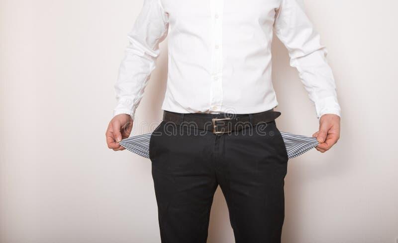 Una tasca vuota nelle mani dell'uomo Broke, concetto di fallimento fotografia stock libera da diritti
