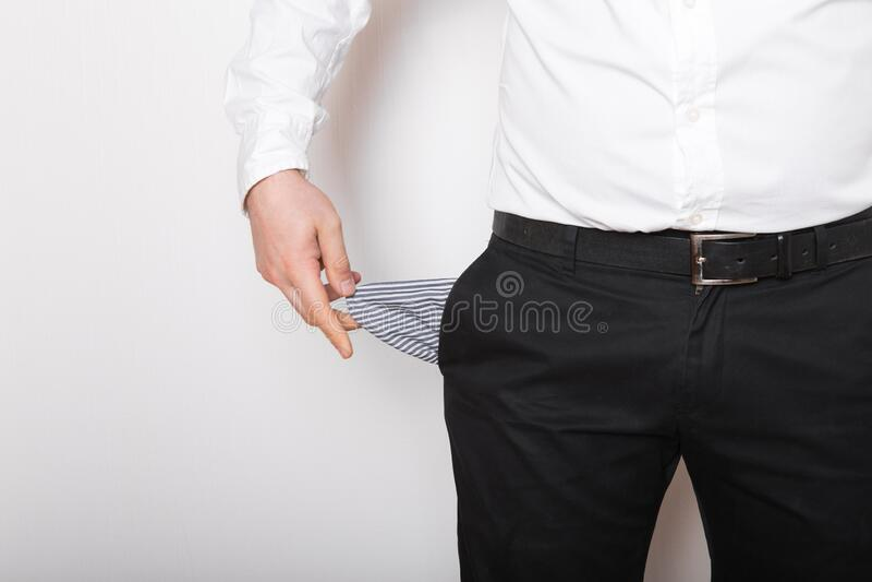 Una tasca vuota nelle mani dell'uomo Broke, concetto di fallimento fotografie stock