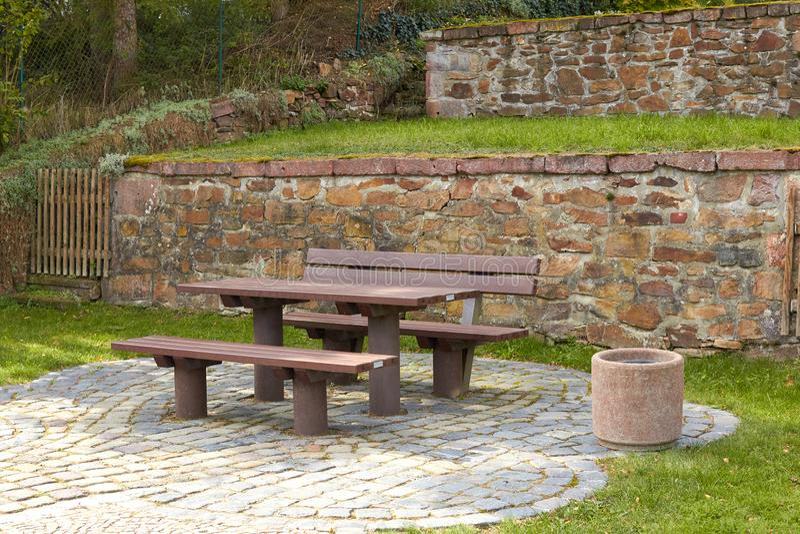 Una tavola con i banchi per lo spazio di sosta di resto in natura L'area di riposo della foresta è fatta di legno Tabella e banco fotografia stock libera da diritti