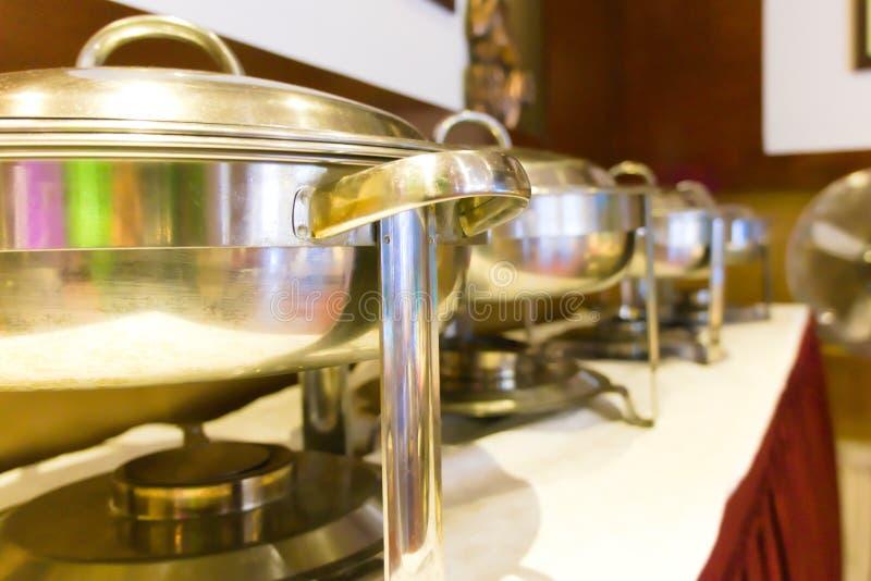 Una tavola di buffet installata ad un ristorante indonesiano immagine stock